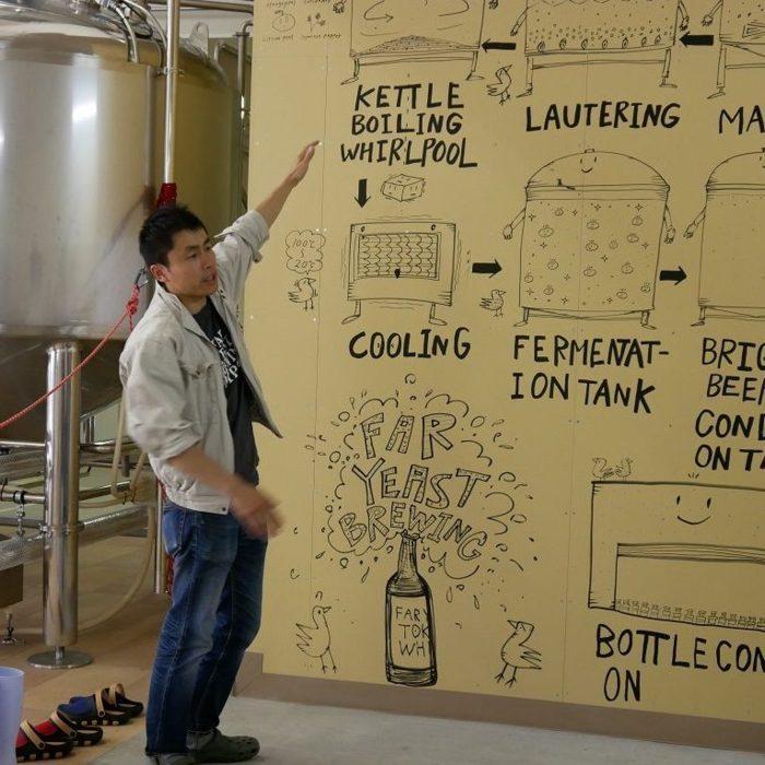 ビールができるまでを熱く説明する山田さん