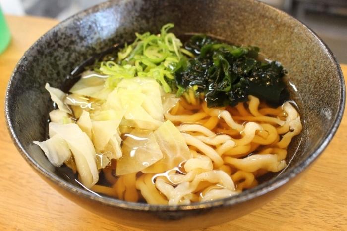 生麺の強いコシと小麦の味が楽しめる「かけうどん」。注文時に冷温のどちらを選ぶ