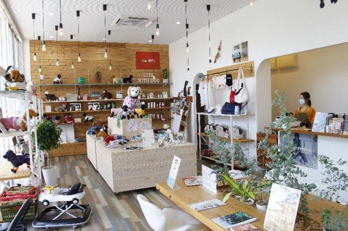 多様な犬用品が並ぶ店内店内。カフェも併設している