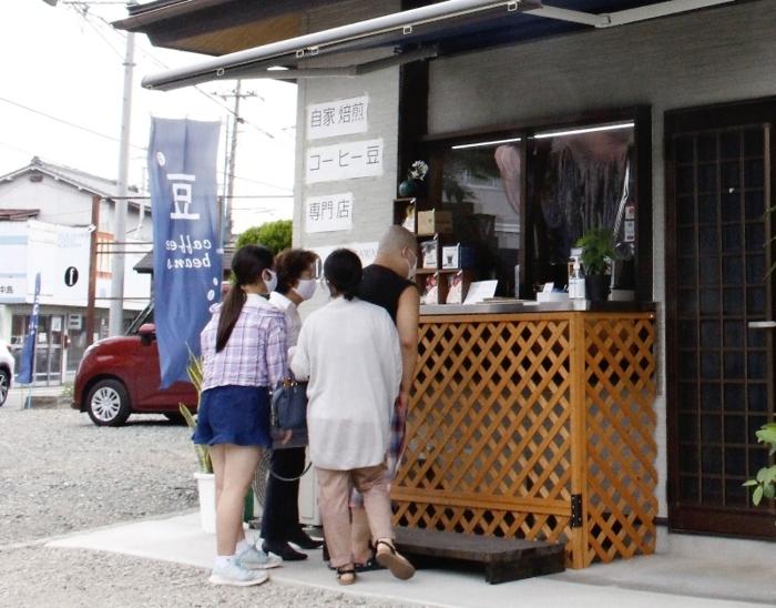 オーナーの実家を改装して作ったスタンド形式の店舗。県道に面し、駐車場も広くて入りやすい