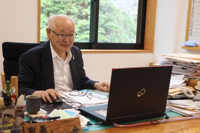 【辻一幸(つじ・かずゆき)氏】1940年早川町生まれ。甲府北中、甲府一高、青山学院大卒。1980年の町長選で初当選。2016年の前回選挙まで10回連続で当選している。10回の町長選のうち、92年と2012年の2回を除き、無投票で当選。当選回数が現職首長では全国最多となっている。80歳。