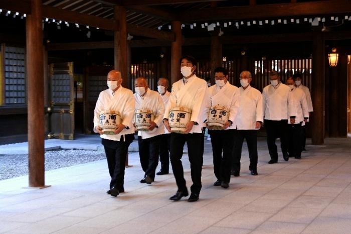 地元産の酒米で造った酒を奉納する石田地区の関係者(右列)ら=東京・明治神宮