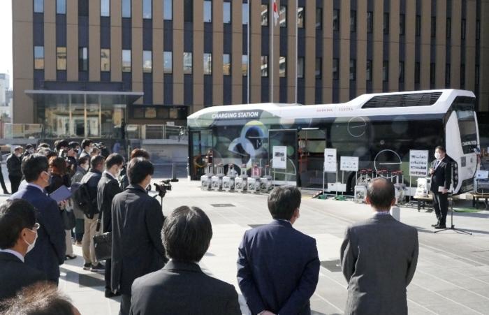 参加したメディア関係者らを前にあいさつする長崎幸太郎知事(右端)=県庁