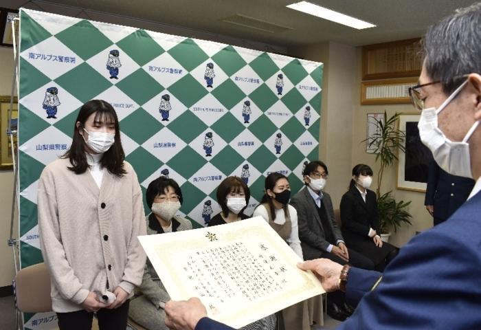 感謝状の贈呈式に出席した丹沢朱音さん(左)ら6人=南アルプス署