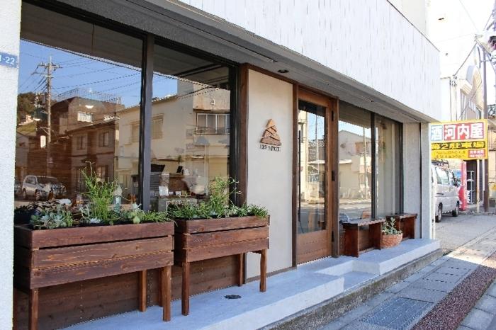 「城東一丁目」の交差点の角に店を構える「LIV SPICE」=甲府市城東1丁目
