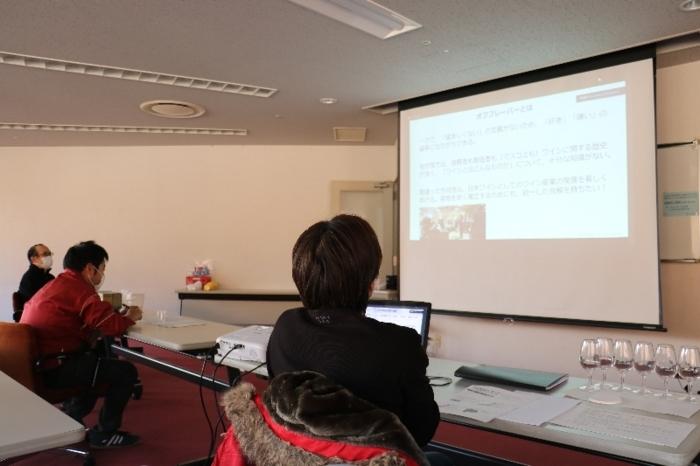 山梨大をハブ会場に全国16会場を結んで配信した日本ワイナリー協会によるオンラインセミナー=甲府・県地場産業センター「かいてらす」