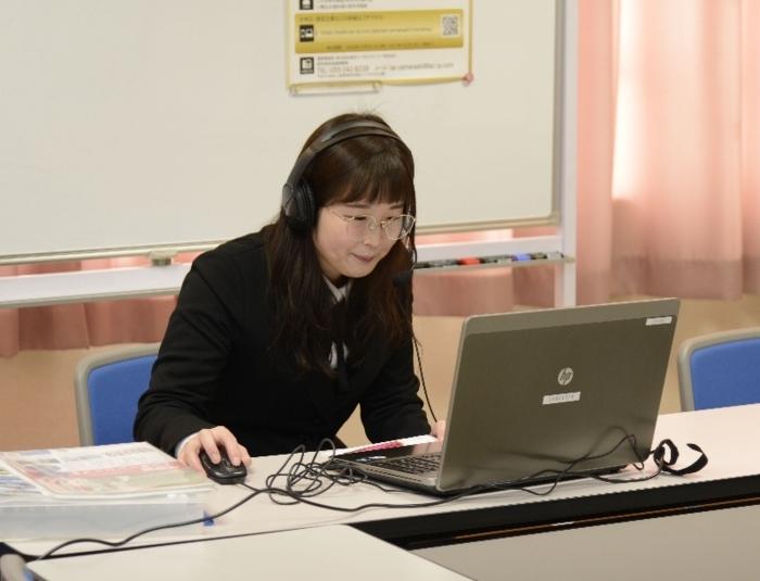 面接をする企業の採用担当者=甲府・県国際交流センター