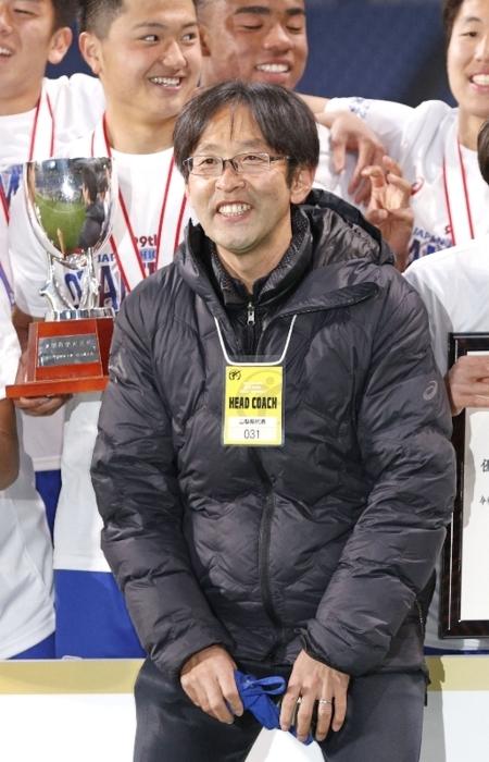 全国高校サッカー選手権で優勝した山梨学院高監督の長谷川大(はせがわ・だい)さん