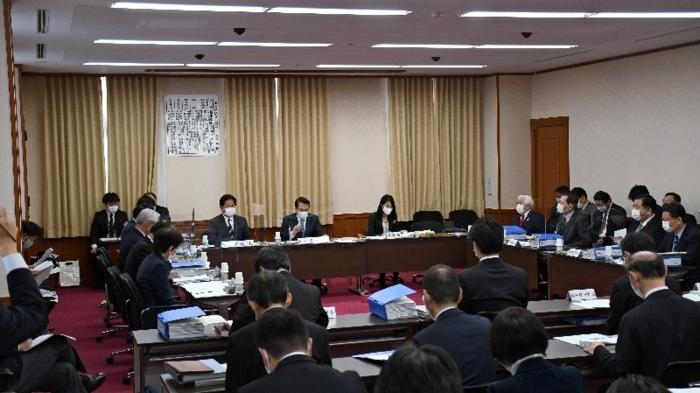 審議が始まった特別委=甲府・県議会議事堂