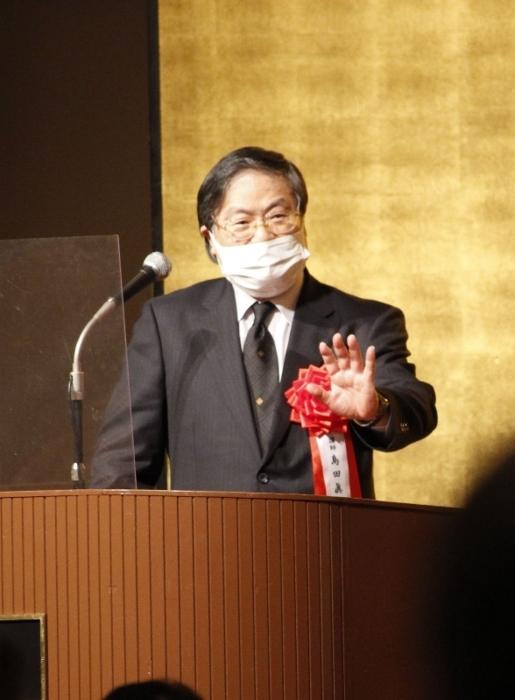 新型コロナウイルスについて語る山梨大の島田真路学長=甲府市内