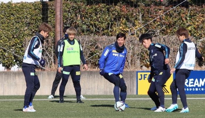 練習に汗を流すVF甲府のDF野沢陸(右から2人目)ら=静岡・清水ナショナルトレーニングセンター