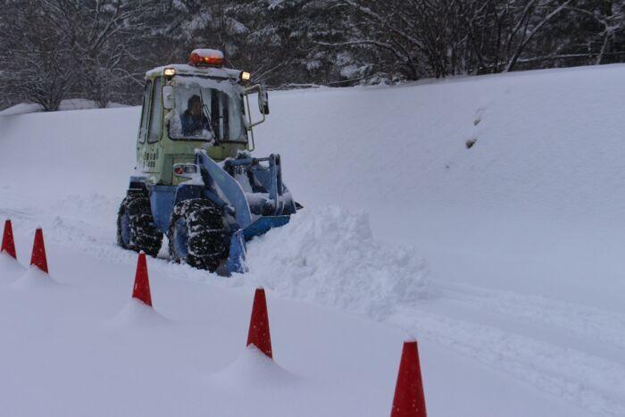 除雪作業をする除雪車=富士吉田市内