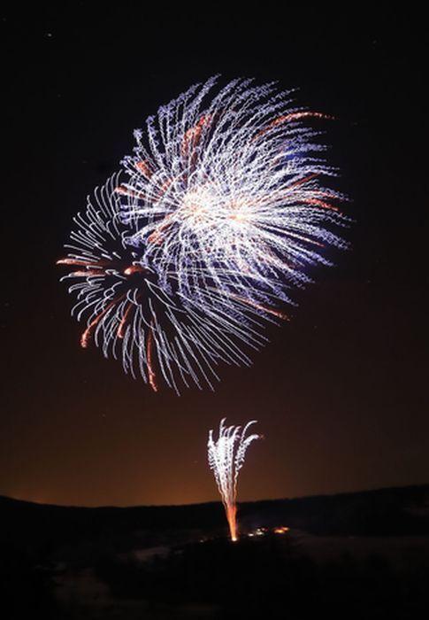 夜空を彩る花火=北杜・県立まきば公園
