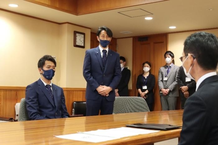 リーグ開幕に向けて意気込みを語るVF甲府の伊藤彰監督(左から2人目)=県庁