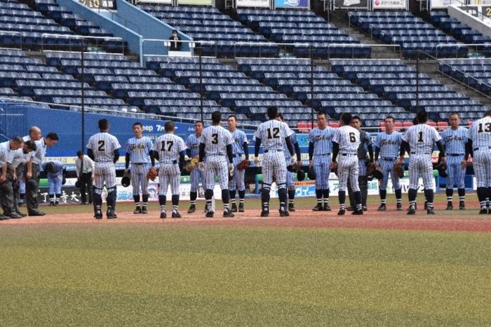 整列する選手たち。奥の青みがかったユニホームが東海大相模、手前のグレーの濃いユニホームが東海大甲府=千葉・ZOZOマリンスタジアム