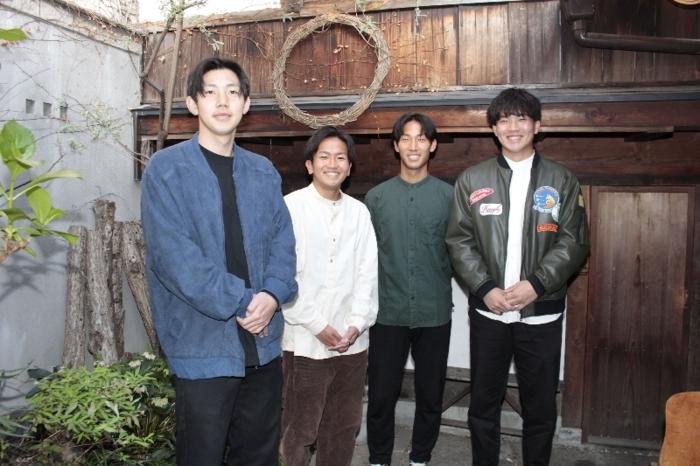 いちらカフェを運営する(左から)児玉征哉さん、小野真稔さん、小沢恭也さん、中村涼さん=甲府・R/SHOEI