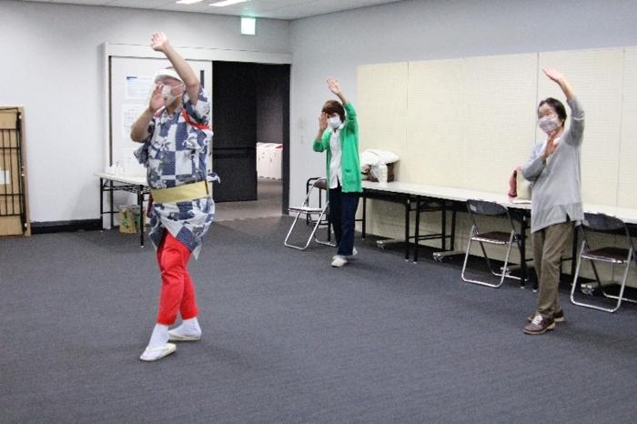 「ヨゲンノトリ音頭」を踊る参加者=甲府・県生涯学習推進センター