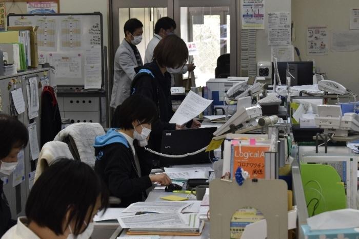 新型コロナウイルスワクチン接種の予約を受け付ける町職員=南部町内船