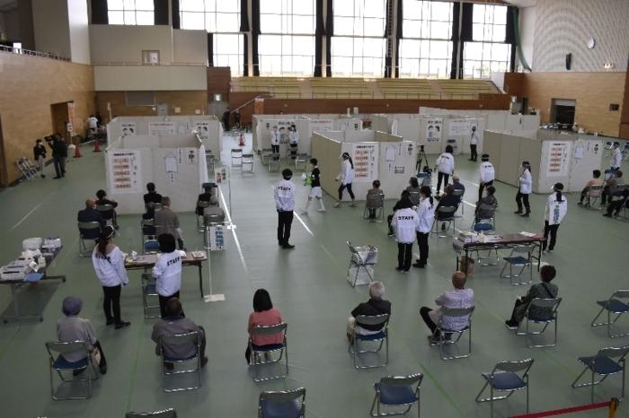 4月20日に行われた新型コロナウイルスワクチンの集団接種。国内の接種率はまだ1%程度だ=南アルプス市内