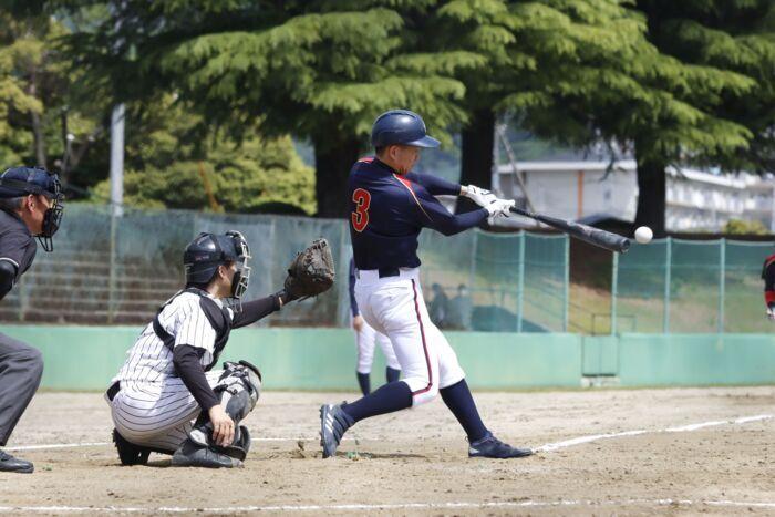 【県市町村対抗軟式野球2回戦 早川―中央A】4回裏中央A1死二、三塁、長田卓人の左前打で2点を先制=緑が丘球場