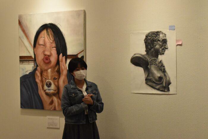 トークイベントで出展した作品を解説する森田陽咲さん=南部・近藤浩一路記念町立美術館