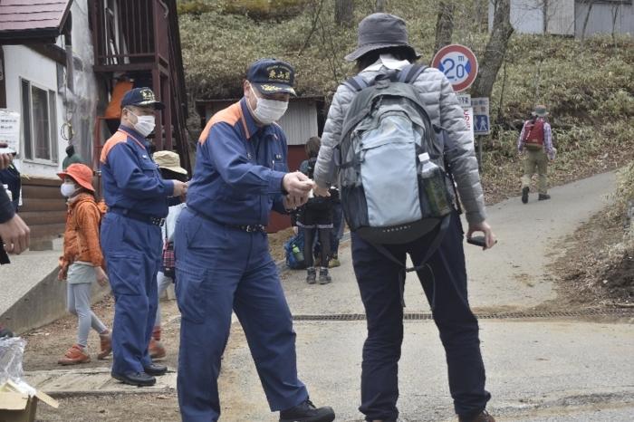 林野火災の注意を呼び掛ける消防職員=甲州市塩山上萩原