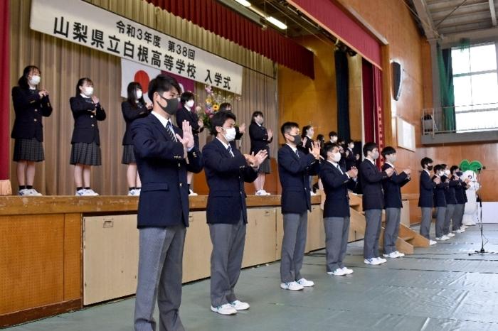 手話で校歌を披露する生徒=白根高