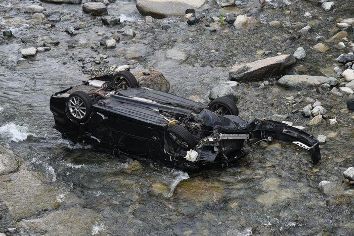 国道413号(道志みち)から道志川に転落したとみられる乗用車=道志村