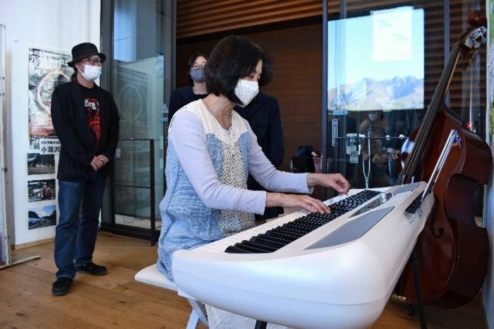 交流スペースで電子ピアノを弾く伊藤やよいさん=JR小淵沢駅