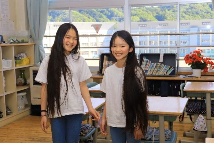 ヘアドネーション(髪の寄付)に取り組む悠晏君(左)と阿朱璃さん=富士川・鰍沢小