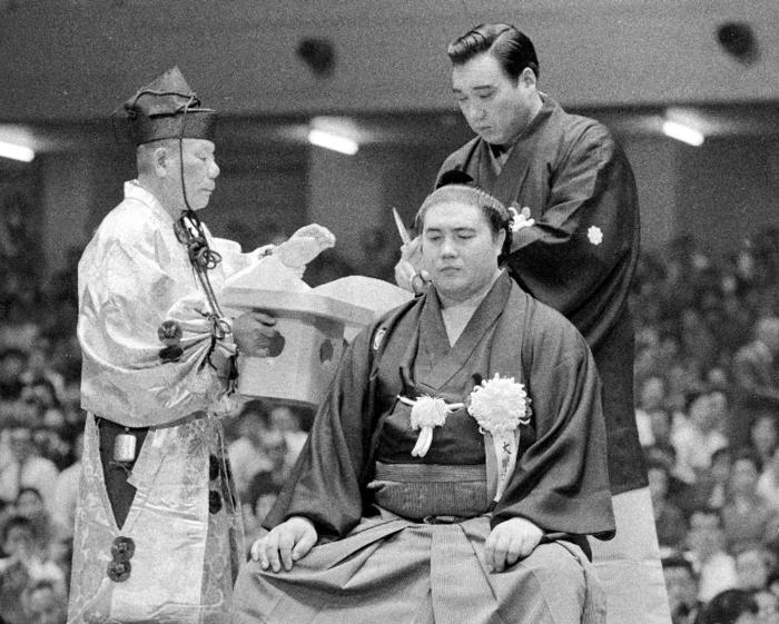 一代年寄第1号となった元横綱大鵬の断髪式=東京・蔵前国技館(1971年10月)