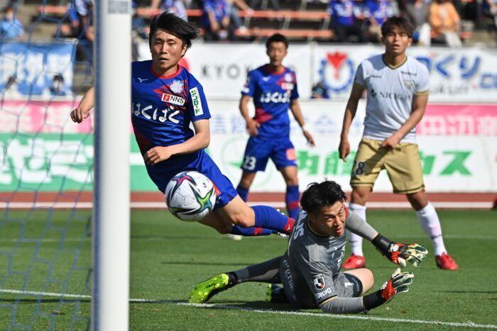 【J2 VF甲府―東京V】後半14分、VF甲府の鳥海芳樹(左)が相手GKをかわしてゴールを決め、2-0とリードを広げる=JITスタジアム