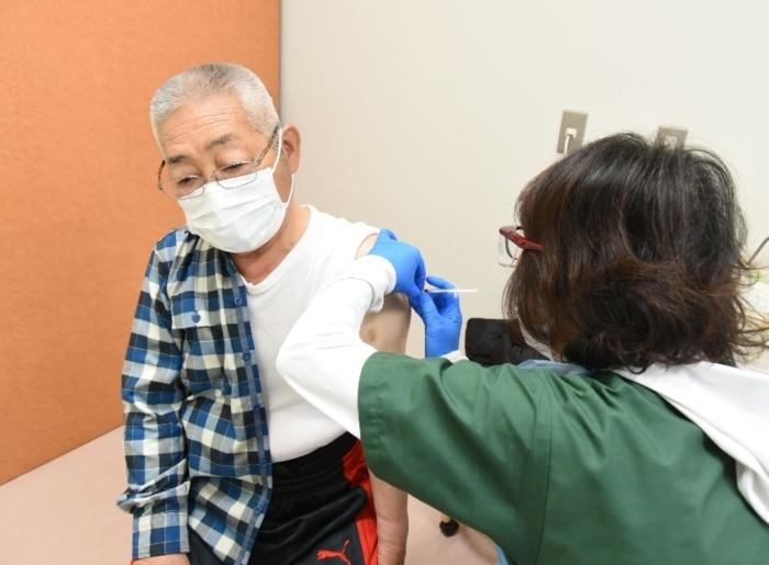 新型コロナウイルスのワクチン接種を受ける高齢者=道志村