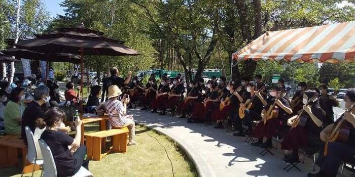 中島みゆきさんの「糸」などを合奏した北杜高ギター部の演奏会=北杜・道の駅小淵沢(昨年8月)