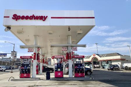 スピードウェイのガソリンスタンド併設型のコンビニ(右奥)=2020年2月、ニューヨーク