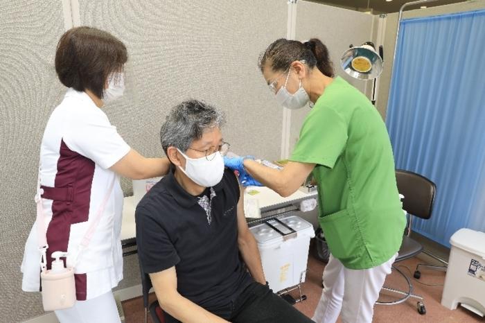 接種を受ける高齢者=韮崎市保健福祉センター