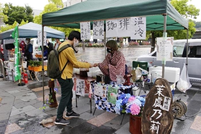 ソライチで買い物をする男性=JR甲府駅北口よっちゃばれ広場