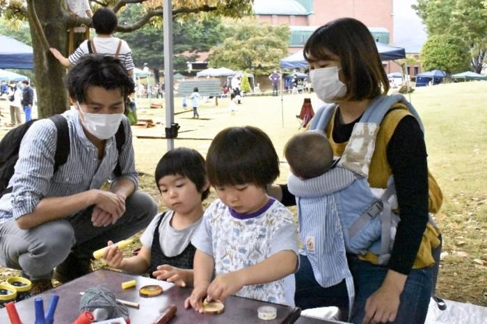 「ぶんぶんごま」の工作教室に参加する子ども=富士川町天神中条