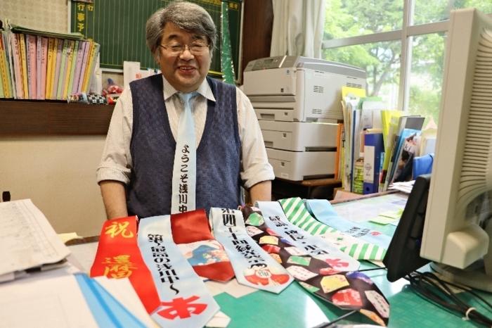 オリジナルデザインのネクタイを身に着けている内田勝也校長=笛吹・浅川中