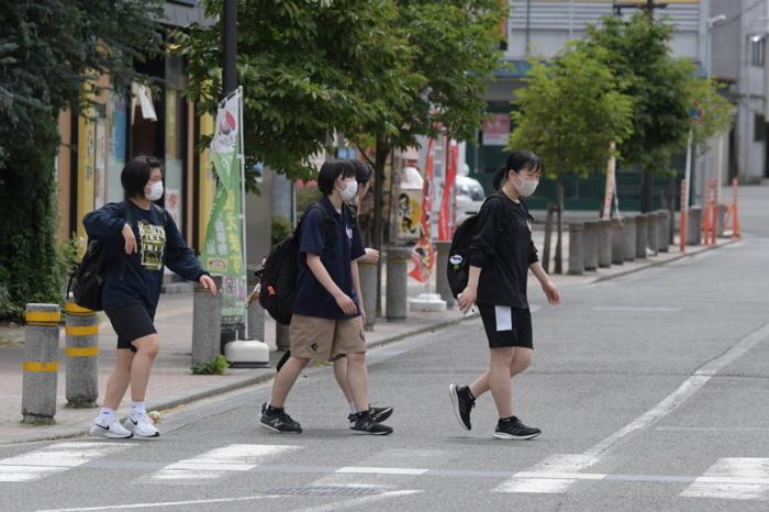 半袖で歩く高校生=JR大月駅前