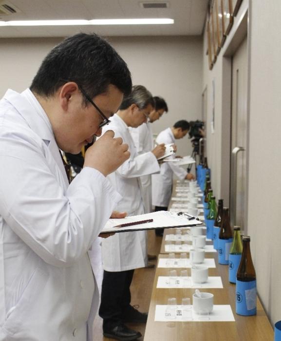 県産日本酒の香りや味を評価する審査員ら=甲府市国母4丁目