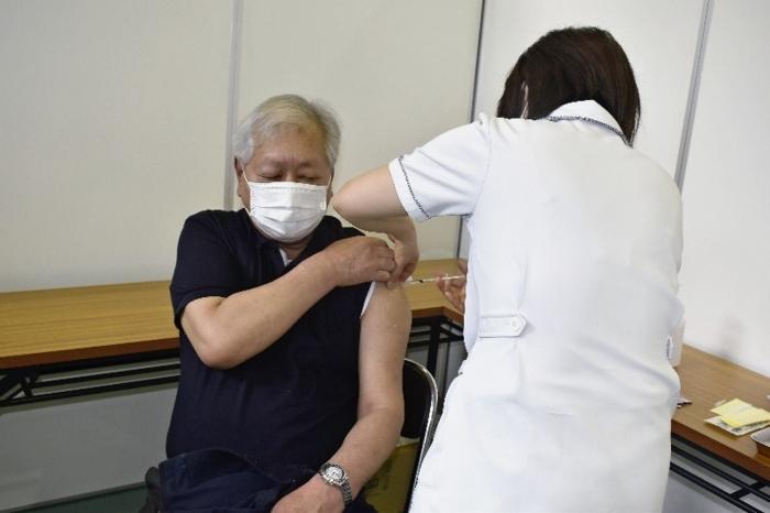 ワクチンの接種を受ける高齢者=丹波中体育官