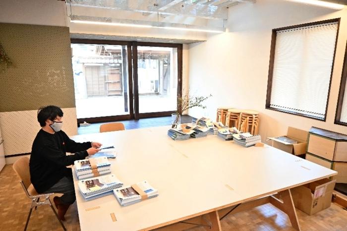 センゲンボウのフリースペースで6月中旬に配布する案内チラシの準備をする斎藤和真代表