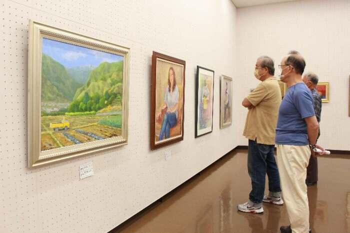 風景や人物などを描いた作品が並ぶ作品展=甲府・県立美術館