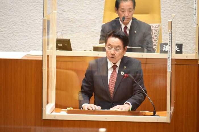 3選を目指して立候補を表明する現職の堀内富久氏=都留市役所