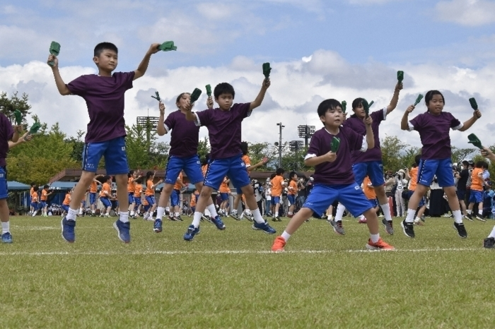 【5日・土】駿台甲府小は、甲府・小瀬スポーツ公園補助競技場で運動会を開き、児童が練習の成果を披露した。約440人の児童が赤、白、青、黄の4グループに分かれて、学年別のリレーや、ダンス表現運動などに取り組んだ。
