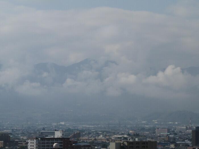 富士山方向は雲が多め(甲府・山日YBS本社屋上から15日午前7時40分ごろ撮影)