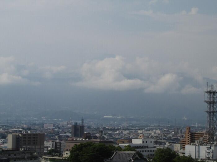 屋上の上空は青空が広がり始めてきたが、富士山方向は雲がかかっている。かすかに山頂が見えるような…(甲府・山日YBS本社屋上から22日午前7時半ごろ撮影)