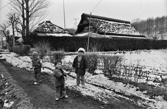 道で遊ぶ子ども(天野寛さん提供)