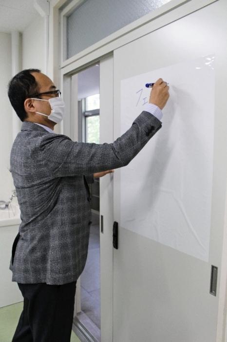 ホワイトボードの代わりにラップのように切り取って貼る場所を選ばず使える商品=山梨大甲府キャンパス